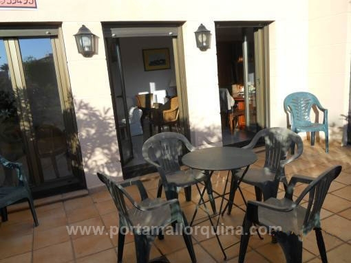Bright, furnished ground floor apartment with communal pool and a terrace near the beach