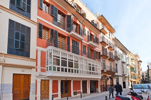Beautiful listed building with 4 flats in a good location of La Lonja, in the historic centre