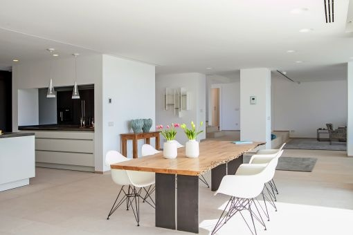 Noble kitchen and dining area
