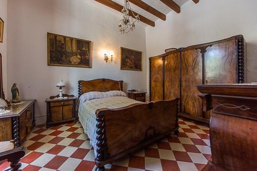 Bedroom with mallorquin elemants