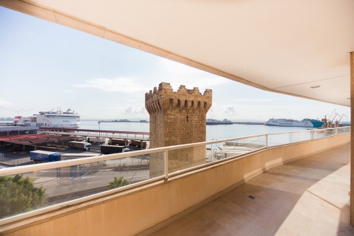Magnificent apartment with a terrace with views, communal pool and garage in Paseo Marítimo