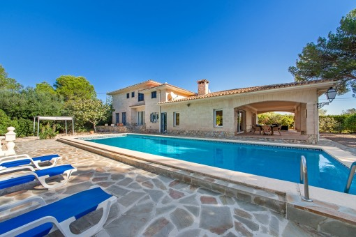 Wonderful villa with large plot near the beach