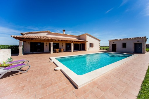 Country house with views on a large plot with pool in Porreres