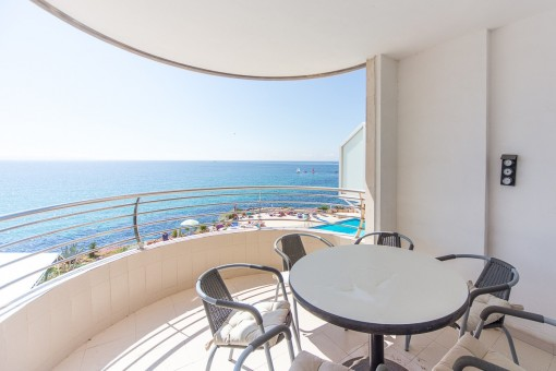 Beautiful 1st sea-line apartment with communal pool in San Augustin, Cala Mayor