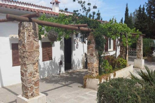 Beautiful and typically Mallorcan finca in Biniali with pool and large plot
