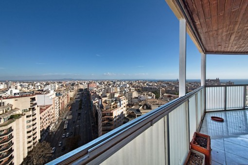 170 sqm penthouse requiring renovation with a 30 sqm terrace and views over Palma, the sea and the cathedral
