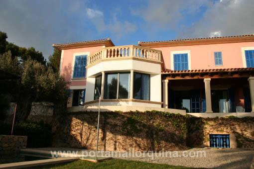 Furnished villa with swimming pool close to the beach
