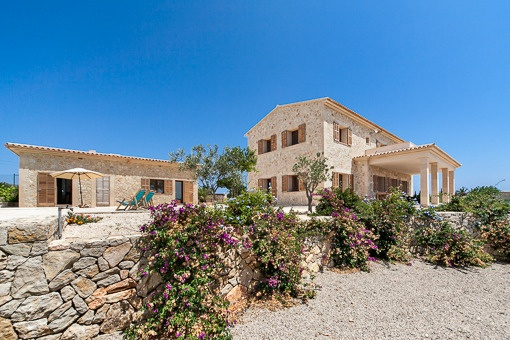 Excellent newly built natural-stone country house with panoramic views to the sea and the mountains in S´Espinagar