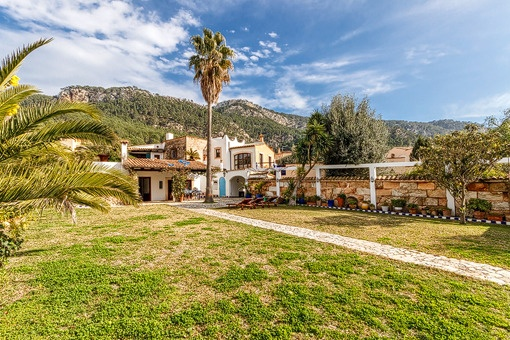 Fabulous country house with beautiful garden and views to the mountains in Andratx