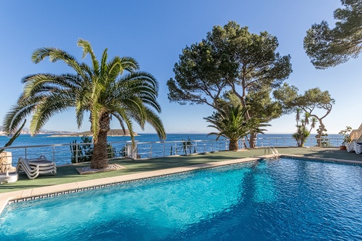 Modern frontline duplex apartment with access to the sea in Cala Vinyas