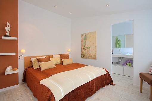 Ample master bedroom with bathroom en suite