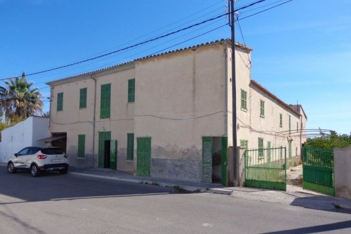 Country house on a large plot on the outskirts of Palma requiring restoration and ideal for investors