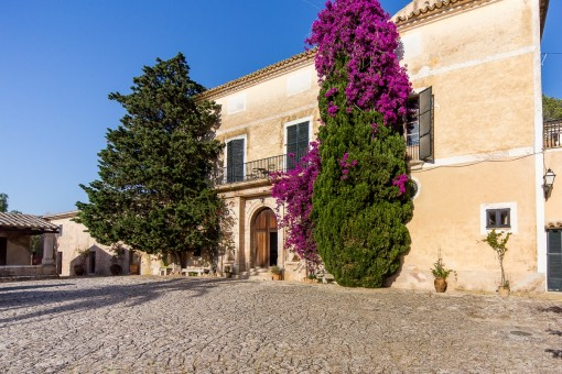 Huge historical Finca with a constructed area of 4.000 sqm and 1,200.000 sqm of land near to Palma