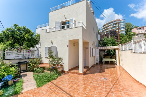 Well-maintained house near Palma and the beaches with part sea views and roof terrace in a quiet location in Cala Mayor