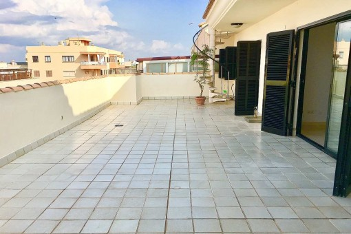 Unfurnished penthouse apartment close to the sea with 2 large terraces on the 2nd sea line in Molinar
