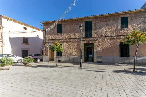 Interesting village house in Santa Maria del Cami with apartment on the upper floor and inner courtyard