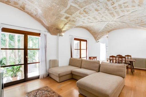 Wonderful, renovated ground-floor apartment...