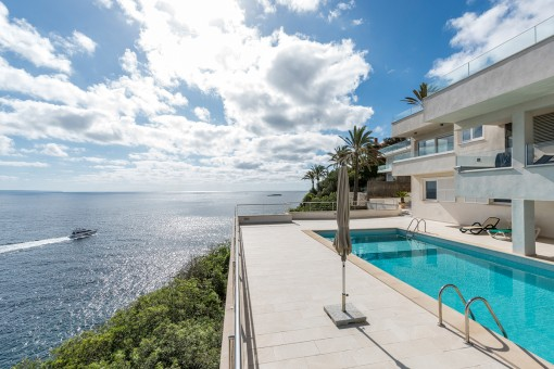 Duplex on the first sea line in a very priveleged residential complex in Cala Vinyes
